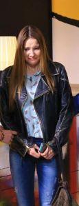 Paramparça-kıyafetleri-25.-bölüm-Alina-Boz-Hazal-mavi-desenli-bluz-ve-jean-pantolon
